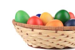 Uova di Pasqua e canestro isolati. Immagini Stock