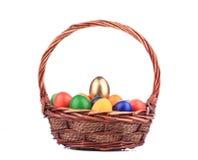 Uova di Pasqua e canestro isolati. Fotografia Stock Libera da Diritti