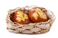 Uova di Pasqua e canestro Isolati Fotografie Stock