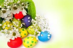 Uova di Pasqua e canestro operati immagini stock