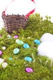 Uova di Pasqua e canestro su Hillside muscoso Immagini Stock
