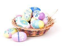 Uova di Pasqua e canestro variopinte Fotografia Stock