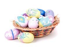 Uova di Pasqua e canestro variopinte Fotografie Stock