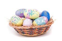 Uova di Pasqua e canestro variopinte Fotografia Stock Libera da Diritti