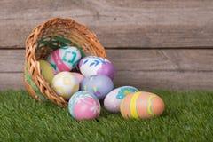 Uova di Pasqua e canestro variopinte Immagine Stock Libera da Diritti