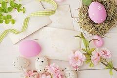 Uova di Pasqua e cartoline d'auguri Fotografia Stock Libera da Diritti