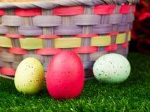Uova di Pasqua e cestino Fotografia Stock