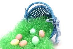 Uova di Pasqua e cestino Fotografie Stock