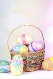 Uova di Pasqua e cestino Fotografia Stock Libera da Diritti
