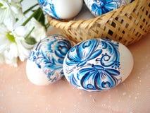 Uova di Pasqua e cestino blu Fotografia Stock Libera da Diritti