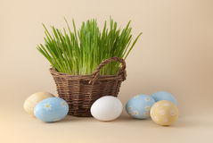 Uova di Pasqua e cestino Con erba Fotografia Stock Libera da Diritti
