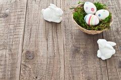 Uova di Pasqua e coniglietti di pasqua Fotografie Stock Libere da Diritti