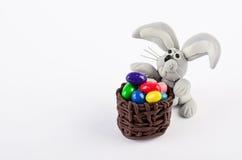 Uova di Pasqua e coniglio variopinte isolati su bianco Immagini Stock