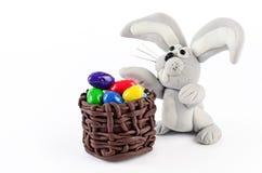 Uova di Pasqua e coniglio variopinte isolati su bianco Fotografia Stock