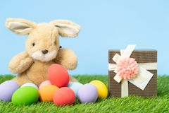 Uova di Pasqua e contenitore di regalo su erba immagini stock libere da diritti