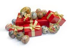 Uova di Pasqua e contenitori di regali Immagine Stock Libera da Diritti