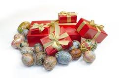 Uova di Pasqua e contenitori di regali Immagini Stock