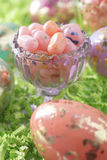 Uova di Pasqua E fagioli di gelatina Fotografie Stock Libere da Diritti