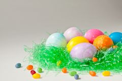 Uova di Pasqua e fagioli di gelatina brillantemente decorati Fotografia Stock