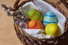 Uova di Pasqua e gattini in un canestro di vimini Immagini Stock