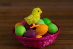 Uova di Pasqua e merce nel carrello gialla del pollo Fotografia Stock