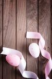 Uova di Pasqua e nastri Fotografie Stock Libere da Diritti