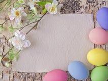 Uova di Pasqua E nota in bianco immagini stock libere da diritti