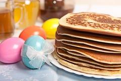 Uova di Pasqua e pancake Fotografia Stock