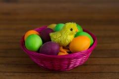 Uova di Pasqua e piccola merce nel carrello del pollo Fotografia Stock Libera da Diritti