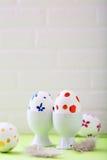 Uova di Pasqua e piume colorate Immagini Stock Libere da Diritti