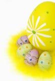 Uova di Pasqua e piume Su fondo bianco fotografie stock