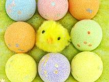 Uova di Pasqua e polli Fotografie Stock Libere da Diritti