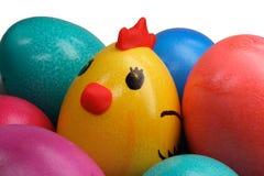 Uova di Pasqua e pollo colorati Fotografia Stock Libera da Diritti