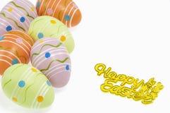 Uova di Pasqua e segno Su fondo bianco fotografia stock