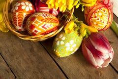 Uova di Pasqua E tilips dipinti a mano Immagini Stock