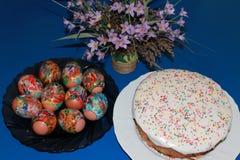 Uova di Pasqua e torta Immagine Stock Libera da Diritti