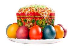 Uova di Pasqua e torta Sulla grande zolla Immagine Stock
