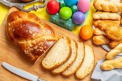 Uova di Pasqua e treccia di tsoureki, pane dolce greco di pasqua, su legno fotografia stock