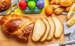 Uova di Pasqua e treccia di tsoureki, pane dolce greco di pasqua, su legno immagini stock