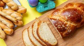 Uova di Pasqua e treccia di tsoureki, pane dolce greco di pasqua, su legno fotografie stock