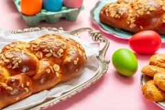 Uova di Pasqua e treccia di tsoureki, pane dolce greco di pasqua immagine stock libera da diritti