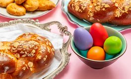 Uova di Pasqua e treccia di tsoureki, pane dolce greco di pasqua fotografia stock