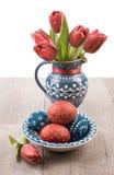 Uova di Pasqua e tulipani Fotografie Stock