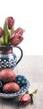 Uova di Pasqua e tulipani Immagini Stock Libere da Diritti