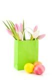 Uova di Pasqua e tulipani In sacco di carta Immagini Stock