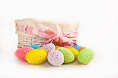 Uova di Pasqua e un canestro Immagini Stock