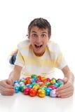 Uova di Pasqua emozionanti del ragazzo fotografie stock
