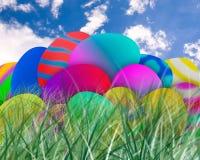 Uova di Pasqua in erba con il fondo del cielo blu immagini stock libere da diritti