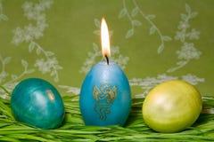 Uova di Pasqua In erba verde fresca Fotografie Stock