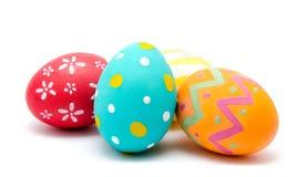 Uova di Pasqua fatte a mano variopinte isolate su un bianco Fotografia Stock